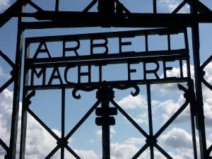 """""""Arbeit macht frei"""" - Tor am KZ Dachau"""